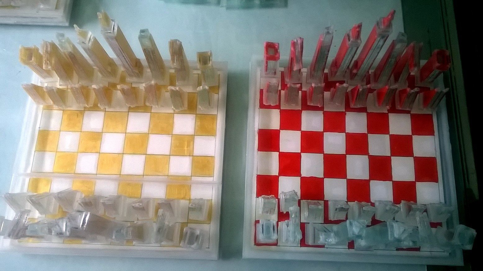Gold + Red Chess | Clemens Weiss | 2013 | Glas, Papier, Farbe, Leim | 32 x 32 x 18 cm
